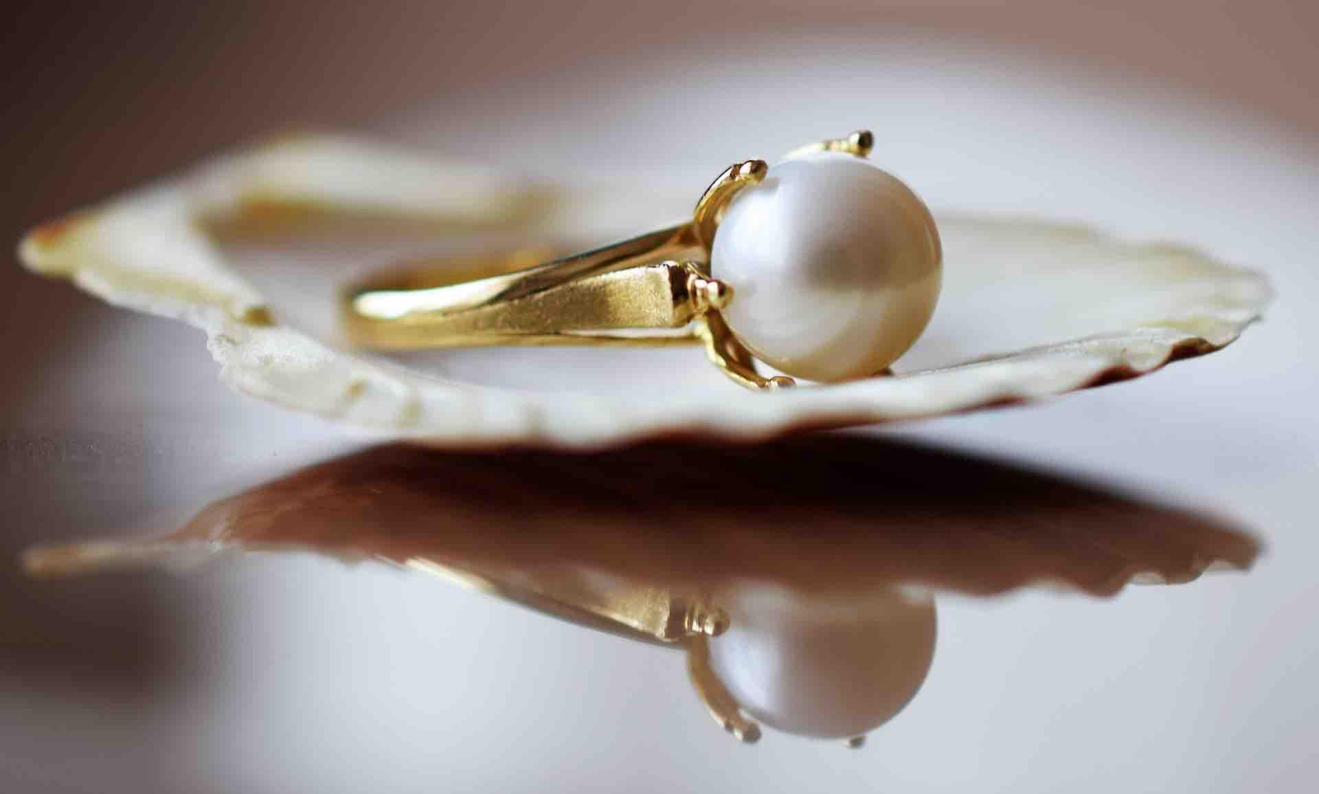 Anillo de oro con una perla blanca